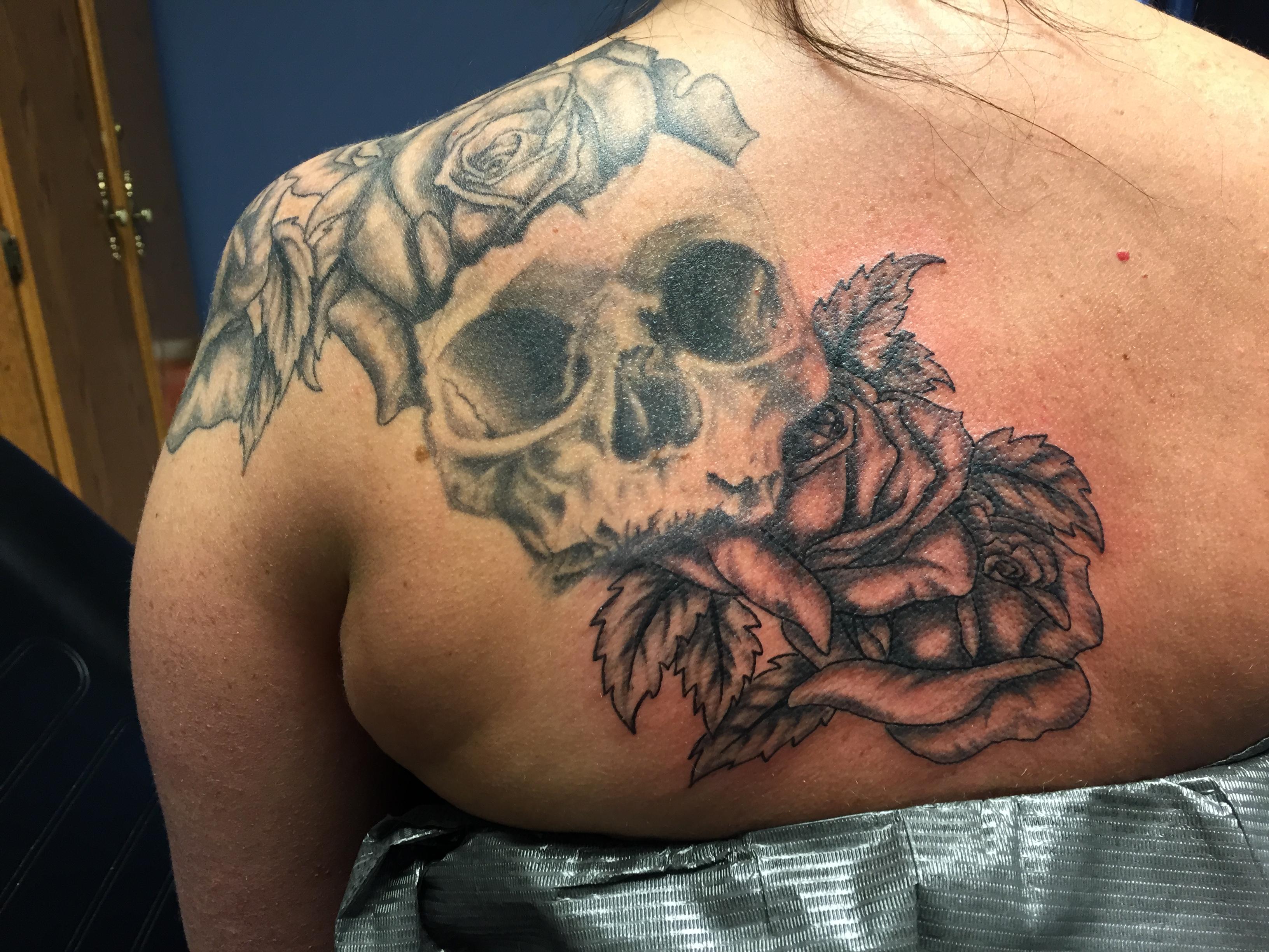 Gray shaded skull and roses
